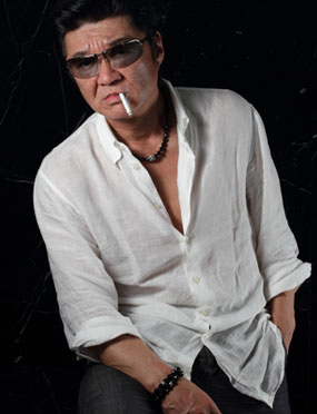 白シャツを着てタバコを加えた小沢仁志